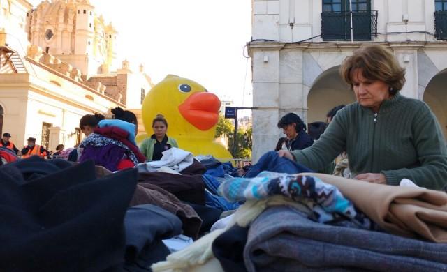 """25/07/2016 - Durante el fin de semana, la Plaza San Martín de la ciudad de Córdoba se convirtió en el """"ropero abierto"""" más grande de la Argentina. El ropero fue el cierre…"""