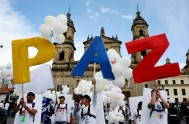 27/09/2016 –El presidente Juan Manuel Santos y el jefe máximo de las FARC, Rodrigo Londoño (Timochenko) sellaron el histórico acuerdo de paz tras…