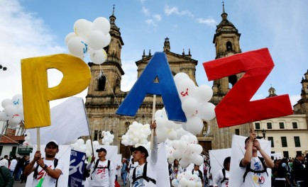 27/09/2016 -El presidente Juan Manuel Santos y el jefe máximo de las FARC, Rodrigo Londoño (Timochenko) sellaron el histórico acuerdo de paz tras 52 años de guerra en Colombia. El histórico pacto…