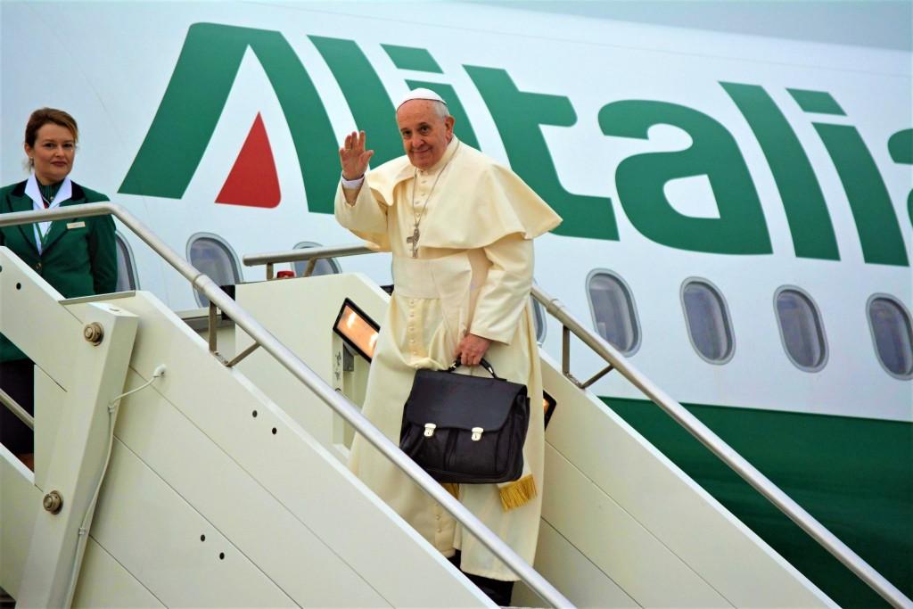 """FUM02 FIUMICINO (ITALIA) 28/11/2014.- El papa Francisco se despide antes de subir a bordo de un avión con destino Ankara (Turquía), en el aerpuerto Leonardo Da Vinci en Roma (Italia), hoy, viernes 28 de noviembre de 2014. El pontífice inicia hoy un viaje de tres días a Turquía destinado a """"reforzar el camino de la unidad de los cristianos"""", según informó la Santa Sede. EFE/Telenews"""