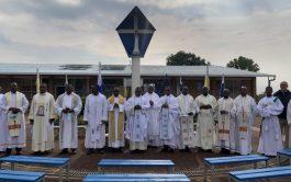 Después de mucho tiempo sin poder llevar a cabo la formación presencial, debido a la pandemia, del 12 al 18 de septiembre de 2021 en el Santuario Mariano de Kibeho, en Ruanda, hubo un curso de formación para once sacerdotes y un diácono de las emisoras de Radio María de habla inglesa y dos sacerdotes de habla francesa . La…