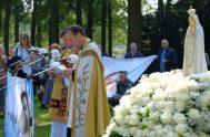 Unas 250 personas se concentraron en oración en un prado verde y bajo un sol agradable y brillante, frente al Monumento a la…