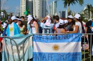"""24/01/2019 –""""¡Toma mate, el Papa toma mate, el Papa toma mate!"""", cantan los jóvenes argentinos en las calles y plazas de Panamá, sede…"""