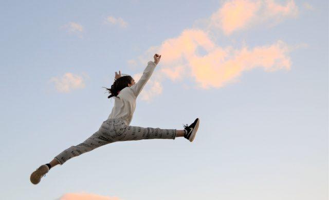 El que ama siempre se arriesga. Se arriesga a no descansar mucho, a renunciar a gustos, a salir herido, a no recibir respuesta, a que las cosas no salgan como él quiere, a descubrirse yendo en contra del mundo, a nunca sentirse conforme, a no ver frutos pero sí más campos para sembrar, a andar inquieto buscando, a seguir…