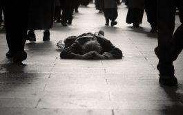 """El evangelio deLázaro y el rico (Lc. 16, 19-31) es muy rico en toda su significación. Pero una de las cosas que más me cuestiona y me hace pensar y rezar hoy es ésta: el pobre Lázaro yacía a la entrada de la casa del rico. Me cuestiona la palabra: """"yacía"""". Uno se puede preguntar claro está, cuánto tiempo habrá…"""