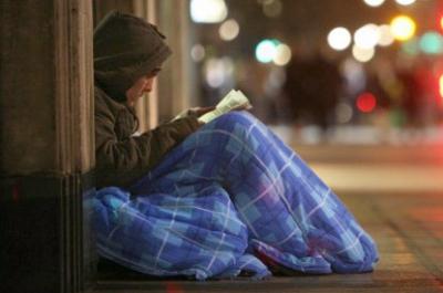 Hace frío Señor, y son muchos mis hermanos que vagan por la ciudad de la tristeza y la soledad, de la desesperanza y el abandono. A la vista de todos, a la indiferencia del egoísmo. Ellos van en silencio aguardando que alguien detenga su paso y les pregunte su nombre. Y a veces con gritos anuncian que hay pobres disfrazados…