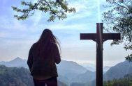 Al Amor… lo encontré clavado en una cruz… lo miraba y él me miraba y algo inmenso se movía en mí. Fue en…