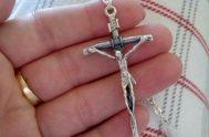 ¿Por qué ir detrás de una cruz? Cualquier publicista diría que una cruz no vende. Y eso es muy cierto. La cruz no…