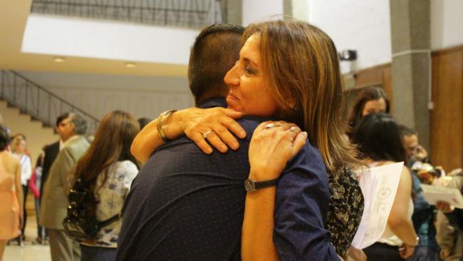 Un abrazo de orgullo: Mónica y Nicasio, su alumnito, hoy enfermero.
