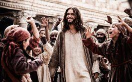 De repente, mientras entrabas a Jerusalén, mantos entre tu humanidad y la tierra…Mantos de la gente, muy numerosa, tendidos a…