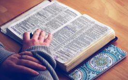 """Un día, Jesús estaba orando en cierto lugar, y cuando terminó, uno de sus discípulos le dijo: """"Señor, enséñanos a…"""