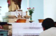 Ante Vos, Señor, me postro con el corazón, quiero adorarte, aunque oculto estás en un pedazo de Pan. De rodillas, ante tu Presencia…