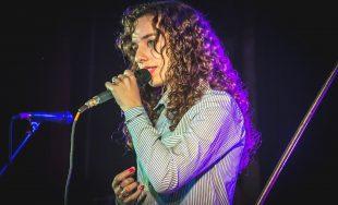 Con sus apenas 20 años, Aldana, no deja de maravillar con su hermosa voz dentro de la…