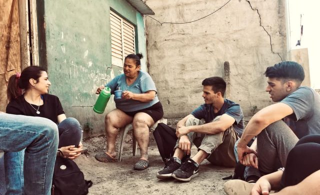 """Un grupo de jóvenes de Córdoba comenzaron a trabajar con familias en situación de riesgo. El entusiasmo y la alegría se vuelven irresistibles, y así se fueron sumando otros. El proyecto fue tomando forma hasta que terminaron conformando """"El Tren: Construyendo Futuro"""". En realidad los grandes proyectos suelen tener inicios bien sencillos. En este caso, todo comenzó con Fede, un…"""