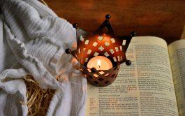 Jesús entró a Cafarnaún, y cuando llegó el sábado, Jesús fue a la sinagoga y comenzó a enseñar.Todos estaban asombrados…