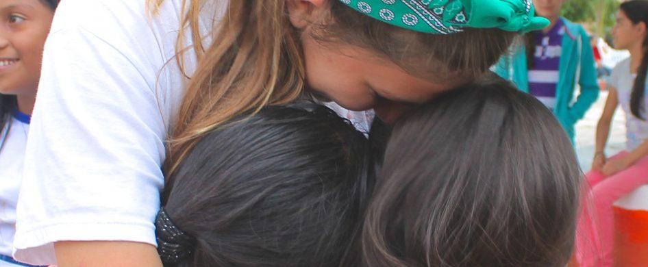 Claro que todo pasará. Volveremos a abrazarnos, aún con más fuerza que antes. Nos reuniremos nuevamente con el mate rodando entre nosotros. Los besos demostrarán mucho más cariño. Y volveremos a gritar goles. Y a estrechar nuestras manos. La escuela nos encontrará nuevamente, y las sonrisas de las seños, una vez más, serán trinchera para tantos niños y niñas. Volveremos…