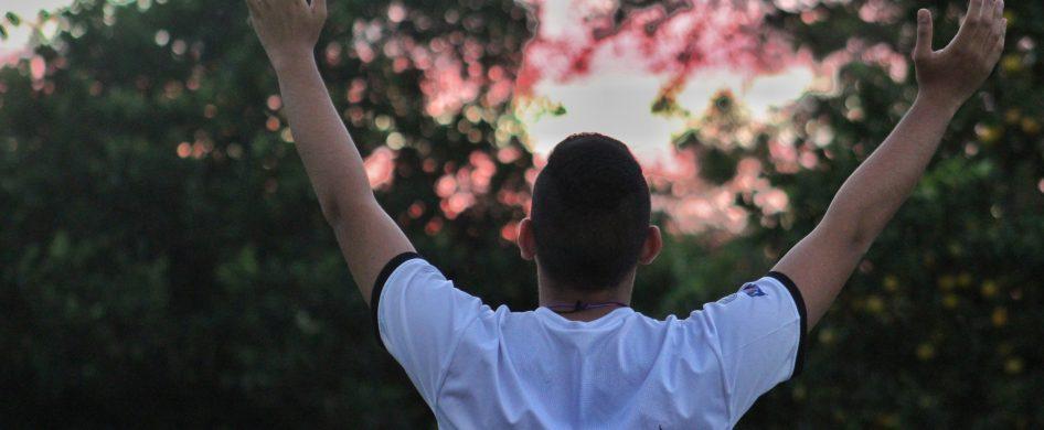 Estos días han trasformado de imprevisto nuestra manera de estar, sentir y actuar. El encuentrocon Dios también ha cruzado a otra orilla desconocida de nuestro corazón. De repente ya notenemos acceso al templo, a esos signos que nos conducen directamente a la gracia (los sacramentos). Y nos preguntamos ¿cómo seguir? ¿qué hacer? ¿de qué manera mantengo esa unión, ese encuentro…