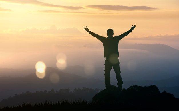 Me salvás, Señor, de pensar solo en mí Me salvás de asfixiarme en un inmenso 'yo' Me salvás del egoísmo que se va calando en los huesos hasta matarnos por dentro Me salvás de vivir para mí De soñar para mí De sufrir solo por mí De convertir el yo en epicentro de la vida De reducir la vida…