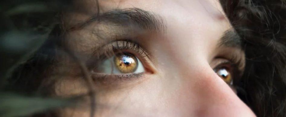Hay miradas tan sedientas Hay miradas que gritan por sentido Las hay resignadas Hay miradas tan opacas Hay miradas que desean Otras que interpelan Algunas cuestionan con escepticismo y otras con profunda curiosidad Hay miradas enojadas y Otras al mismo tiempo que apedrean a sus oponentes Gritan con los ojos que están cansados de pelear Hay miradas de pedestal, tan…