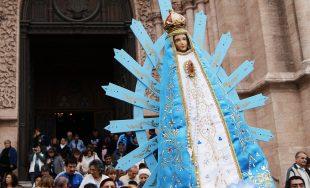 ¿Qué tendrá la Virgencita de Luján, que tanta gente acude a ella? Quizás sean su simpleza y…