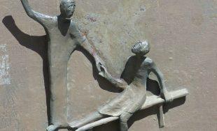 Estaba Jesús enseñando en el templo cuando un ruido en el techo lo interrumpió. Al levantar la…