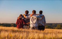 ¿Qué es ser amigo? Saber mirar a otro, conocerle la alegría y el dolor a lo lejos.…